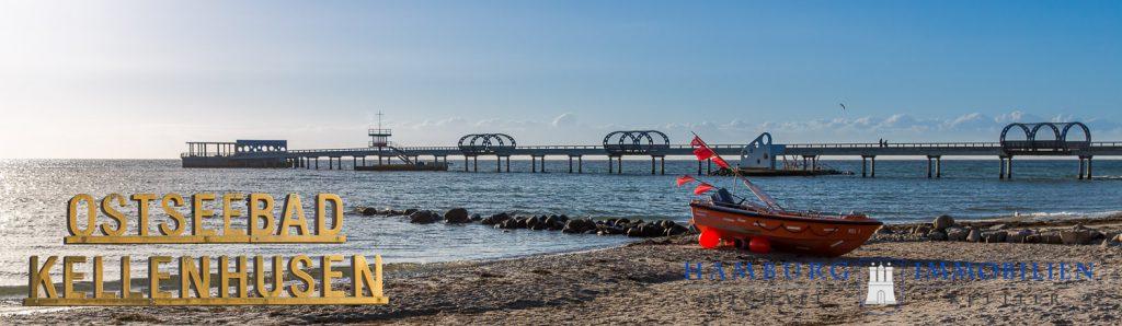 Seebrücke Kellenhusen, davor ein Fischerboot.